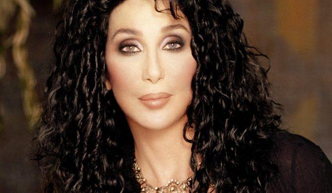 Cher pisze o zamachu w Stambule i używa emoji z bombą. Za chwilę przeprasza