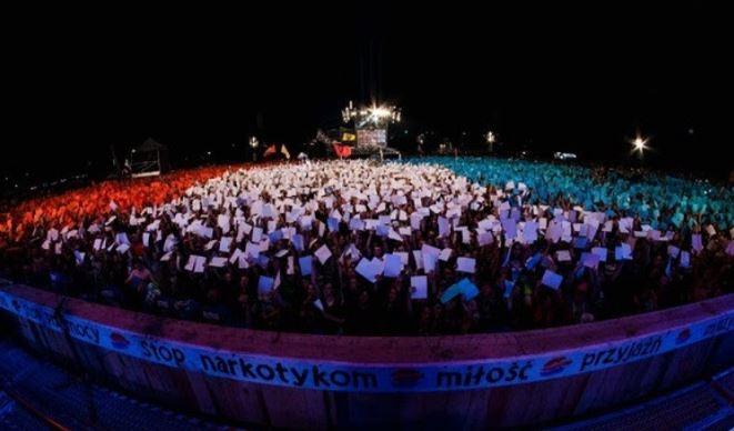 120 tysięcy trójkolorowych kartek na Przystanku Woodstock. Uczestnicy uczcili pamięć ofiar zamachu w Nicei
