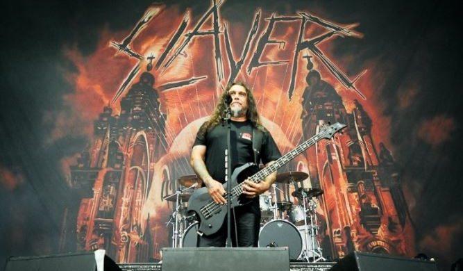 Tom Araya opluty przez fana podczas koncertu Slayera