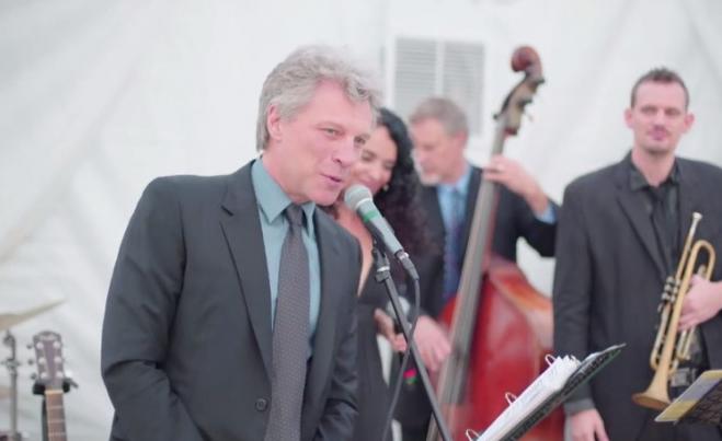 """Zażenowany Jon Bon Jovi zaśpiewał """"Livin' On A Prayer"""" z zespołem weselnym"""
