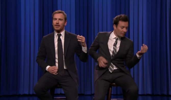 "Jimmy Fallon i Michael Fassbender w pojedynku ""air guitar"""