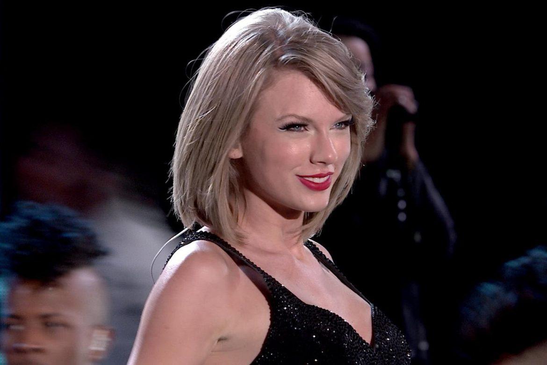 Taylor Swift unika paparazzi podróżując… w gigantycznej walizce