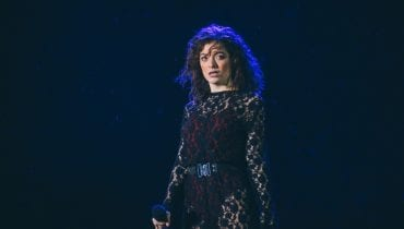 "Lorde odkrywa kolejne karty singlem ""Stoned At the Nail Station"""