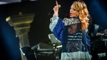 Rihanna promuje linię kosmetyków w skąpym stroju