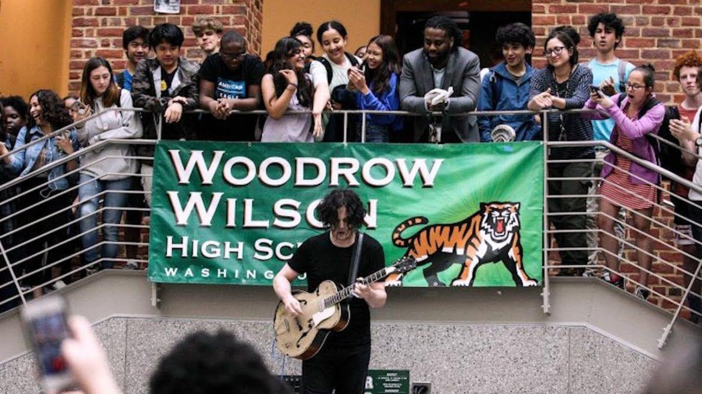 Jack White dał niespodziewany koncert na schodach liceum