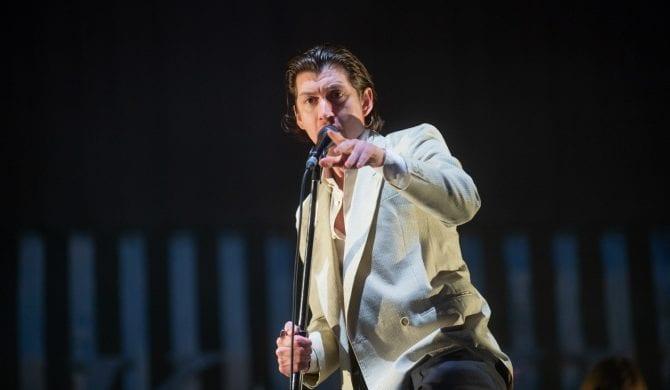 Arctic Monkeys przerabiają The Strokes