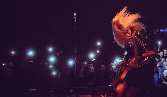 Daria Zawiałow pokazuje zdjęcia, na których robi szpagat, na jej koncercie jest 100 tysięcy osób, jest z dziewczyną Taco i Quebo