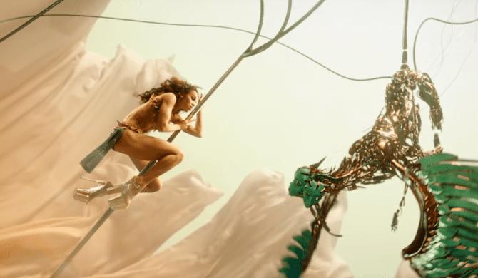 FKA things tańczy na rurze w baśniowym klipie