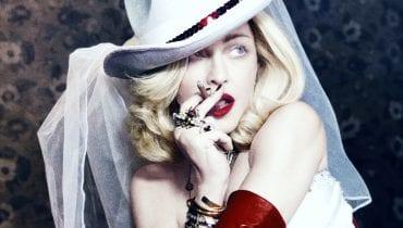 Madonna pozuje topless na Instagramie, wspierając się na kuli