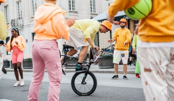 Modowy performance na ulicach Warszawy