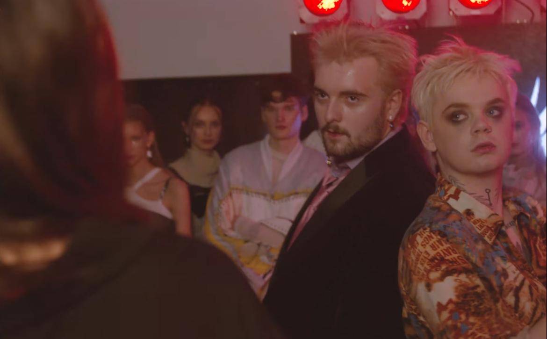 Bedoes w roli projektanta mody lat 90-tych