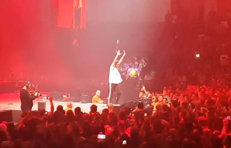 Ochrona wyrzuciła Zdechłego Osę z koncertu Pezeta. Zobaczie nagranie z jego występu