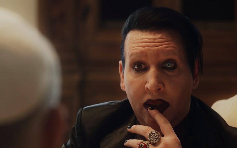 """Marilyn Manson odwiedza Jana Pawła III w """"Nowym papieżu"""" (wideo)"""
