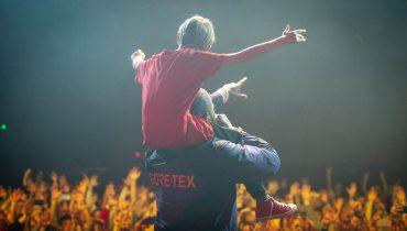 The Game zaprosił na scenę najmłodszego fana na warszawskim koncercie i zasznurował mu buta