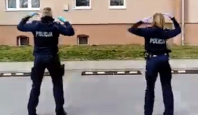 """Policjanci tańczą """"Y.M.C.A."""" dzieciom odbywającym kwarantannę"""