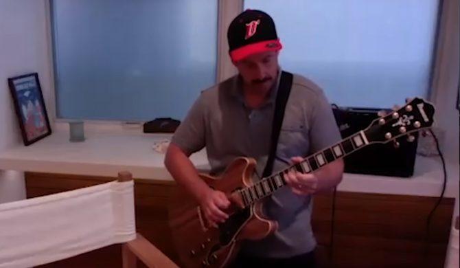 """Adam Sandler próbuje grać solo Jimmy'ego Page'a ze """"Stairway To Heaven"""""""
