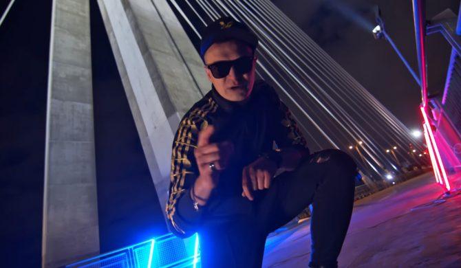 """""""Nie mogłem się silić na ambitne rapsy, bo nie jestem Sokół i nie jestem czarny"""" – wokalista Nocnego Kochanka włącza się w Hot 16 Challenge 2"""