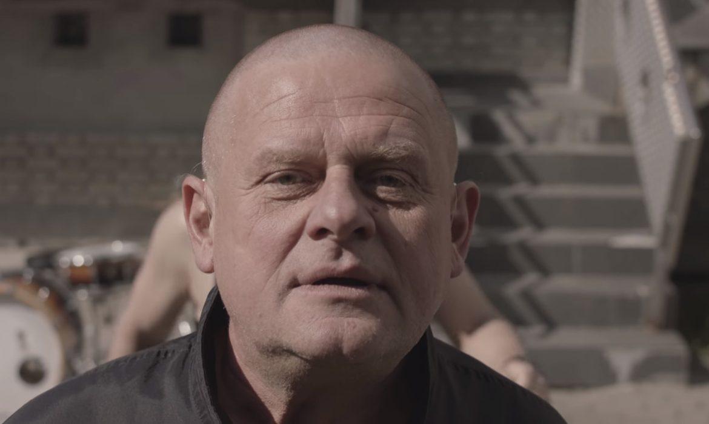 """""""Podbiegam, twoje karki krzyczą STÓJ, bo twój ból jest lepszy niż mój"""" – Kazik atakuje Jarosława Kaczyńskiego"""