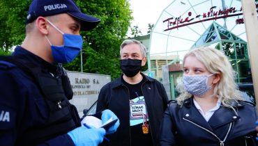 """Protesty pod siedzibą Trójki. Słuchacze """"murem za Niedźwiedziem"""""""