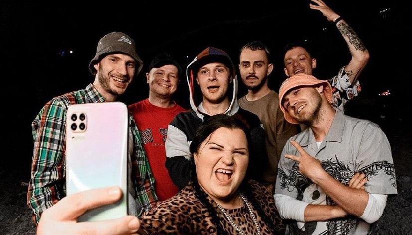 alyona alyona w licznym towarzystwie zachęca do słuchania ukraińskiego rapu