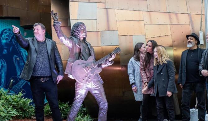 Zdewastowano pomnik Chrisa Cornella