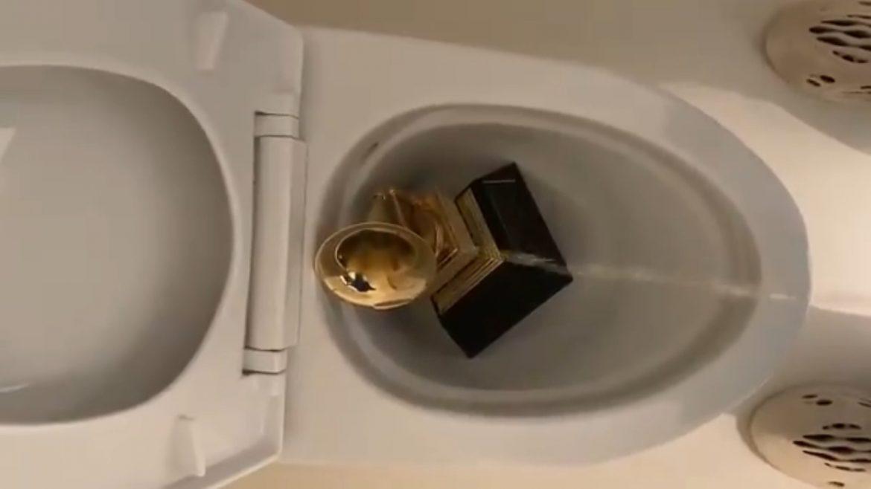 Kanye West oddaje mocz na statuetkę Grammy i obiecuje, że zbawi branżę muzyczną