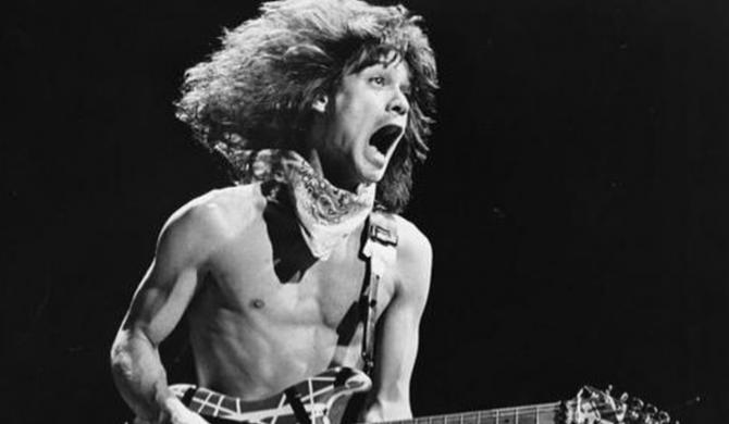 Mam nadzieję, że będziesz dziś wieczorem jammować z Jimmym – gwiazdy muzyki żegnają Eddiego Van Halena