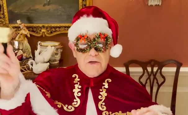Elton John pokazuje św. Mikołajowi, jak to się robi