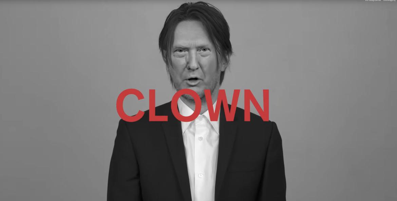 Steven Wilson zamienia się w Donalda Trumpa, Scarlett Johanson, Davida Bowie i innym, w najnowszym klipie