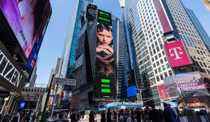 Brodka na ekranie na nowojorskim Times Square