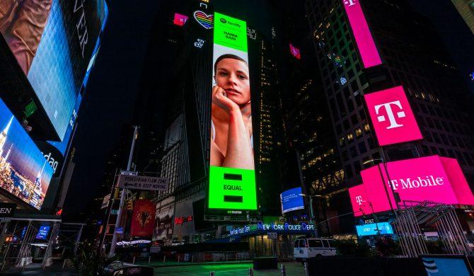 Polska artystka spogląda na nowojorczyków z reklamy na Times Square