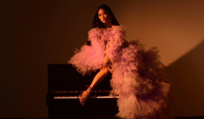 Chloe Flower z klipem inspirowanym kultowym hitem filmowym Moulin Rouge