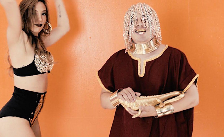 Raper wczepił sobie złote łańcuchy zamiast włosów