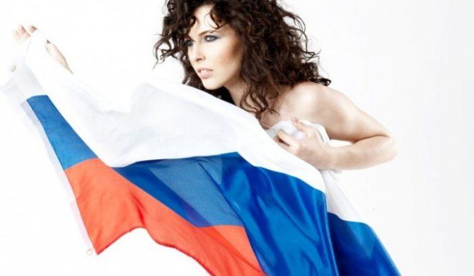 Naga Ramona Rey z rosyjską flagą (foto)