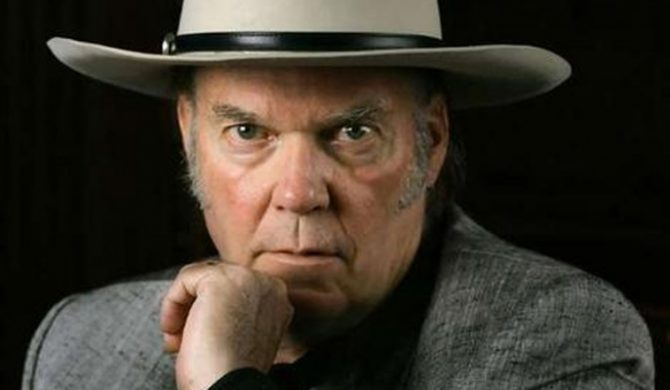 Neil Young pokazuje okładkę