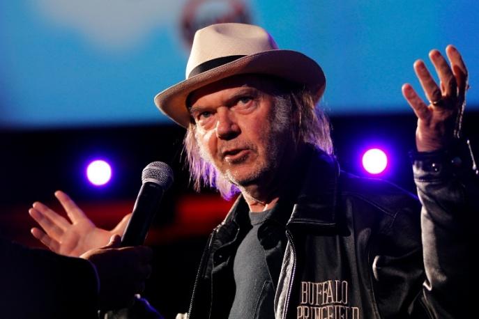 Neil Young z zespołem koweruje hymn (audio)