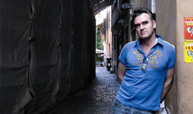 Morrissey z dwoma pudłami winyli