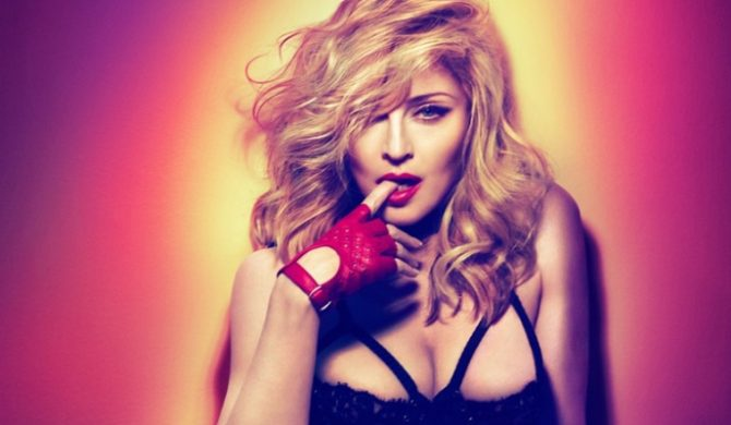 Madonna broni swastyki