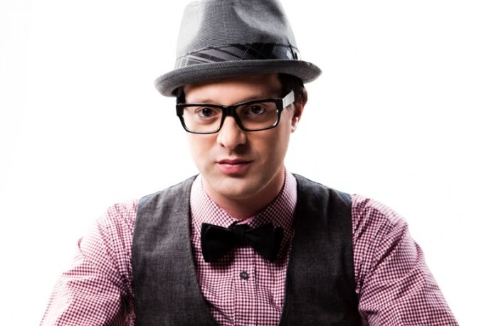 Mayer Hawthorne otoczony modelkami – video
