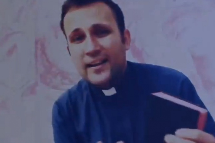 Ksiądz rapuje na bicie Jota – video