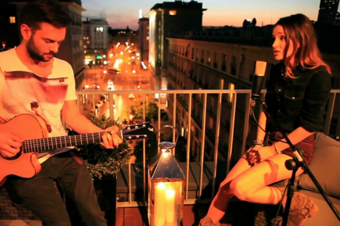 Marina śpiewa Rihannę na balkonie