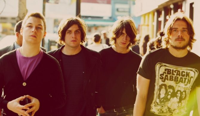 Arctic Monkeys chowają bilety