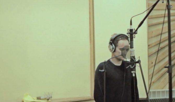 Artur Rojek w studiu – zobacz nowe wideo