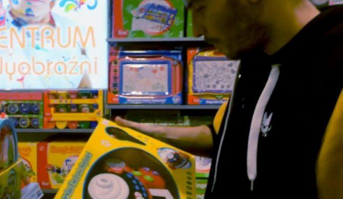 O.S.T.R. tworzy bit na zabawkowych instrumentach (wideo)