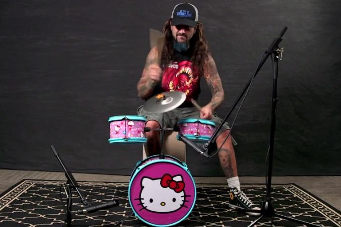 """""""Jak mam grać kawałki Slayera mając pojedynczą stopę?"""" – Mike Portnoy gra klasyki rocka na perkusji Hello Kitty"""