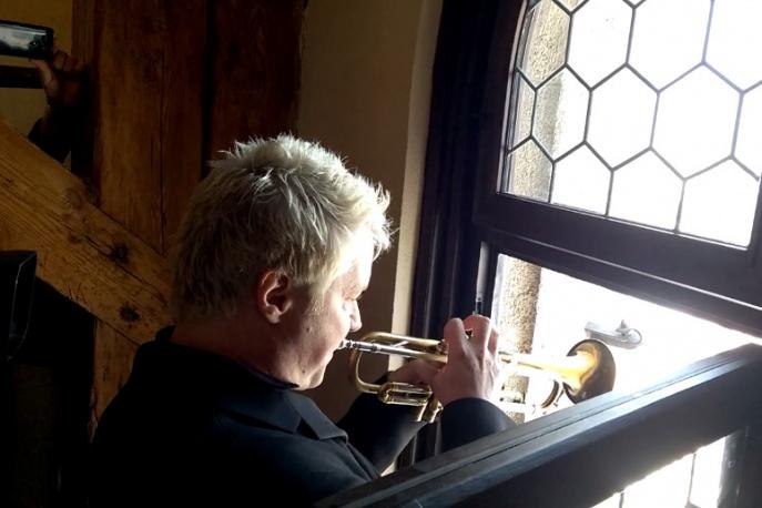 Chris Botti zagrał hejnał z wieży Kośioła Mariackiego