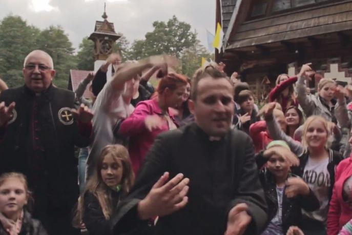 """Ks. Jakub Bartczak – """"Bóg jest super"""" – nowy klip"""