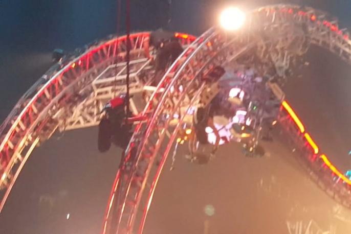 Chwile grozy na pożegnalnym koncercie Mötley Crüe. Tommy Lee utknął na rollercoasterze grając na perkusji