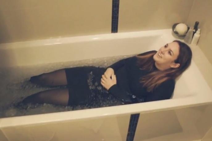 """Ewa Farna śpiewa """"Hello"""" Adele w wannie wypełnionej lodem"""