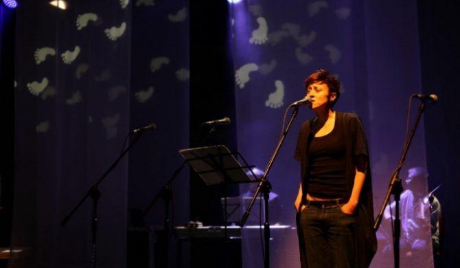 Natalia Przybysz śpiewa z Wielkim Chórem Młodej Chorei